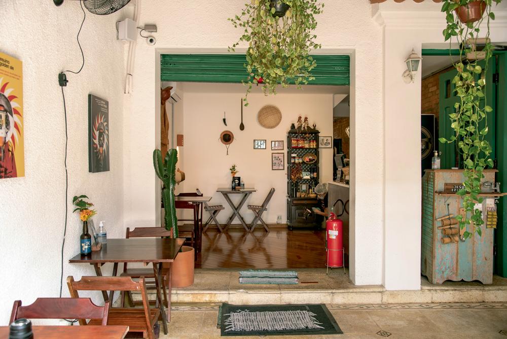 Ambiente do restaurante Jesuíno Brilhante decorado por plantas