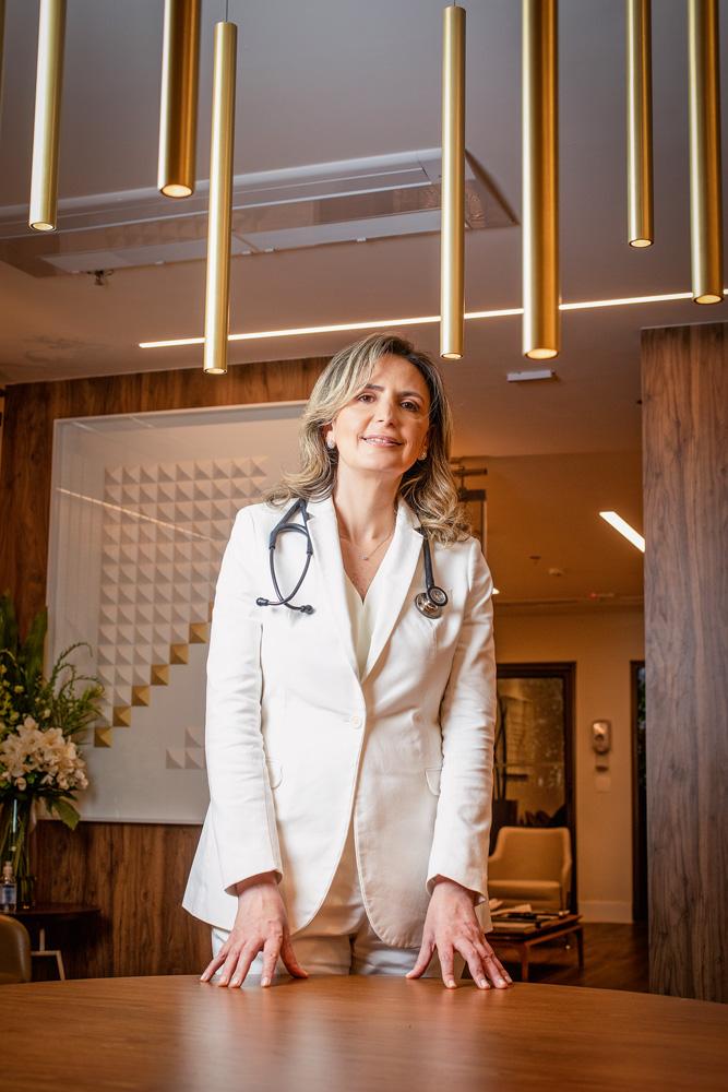 Retrato da cardiologista Dra. Ludhmila Hajjar em seu consultório, na Vila Olímpia