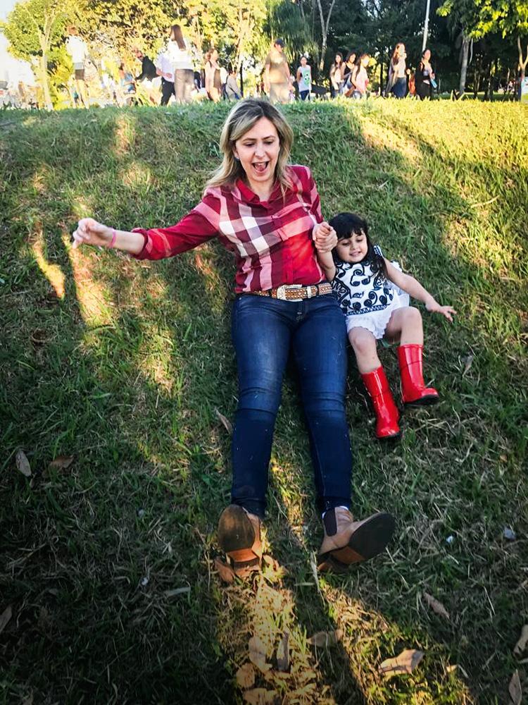 A imagem mostra Ludhmilla deitada no gramado com a sobrinha.