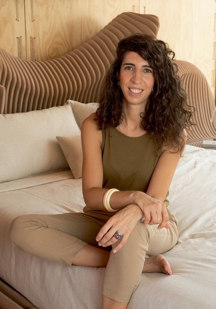 A imagem mostra Ludovica Leone setando em uma cama.
