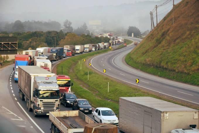 Manifestação e pistas bloqueadas na Rodovia Régis Bittencourt (Via Trólebus-Reprodução)
