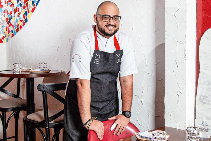 Na foto, o chef Marco Aurélio Sena posa no salão do restaurante Me Vá