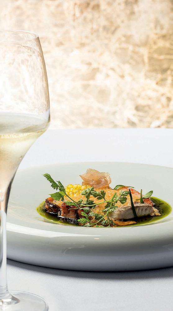 A imagem mostra um prato branco com Cacciucco na moqueca.