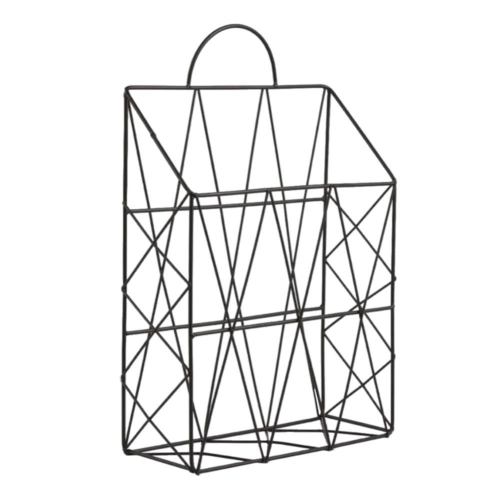 Um revisteiro em formato de sacola com hastes em metal
