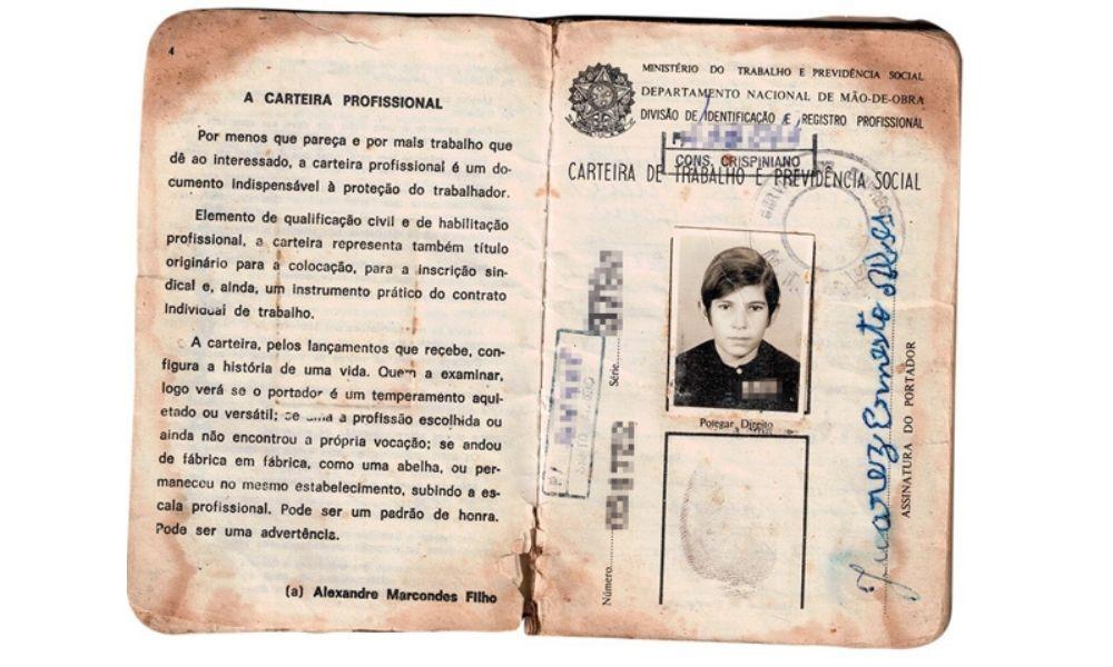 A imagem mostra a carteira de trabalho de Joarez.