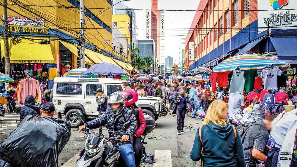 A imagem mostra a rua Tiers com o fluxo muito alto, cheio de pessoas e barracas espalhadas.
