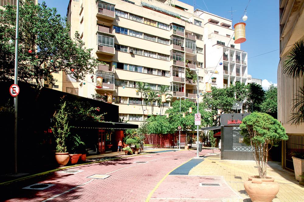 A imagem mostra a rua Avanhandava. É possível ver a calçada vermelha e um prédio ao fundo da imagem.