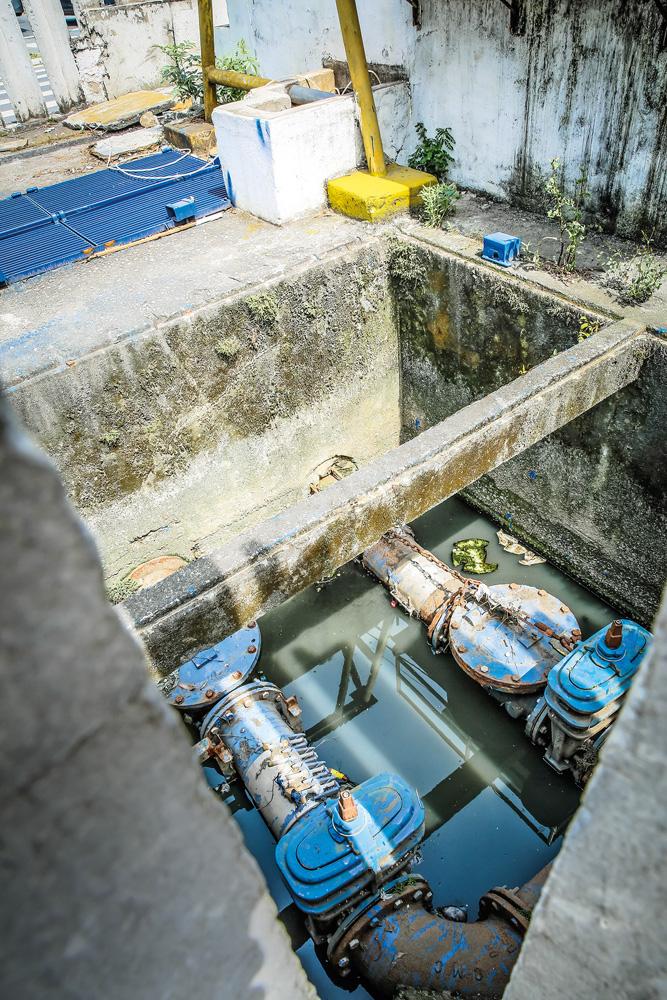 A imagem mostra equipamentos, um pouco enferrujados, submersos em uma água suja.