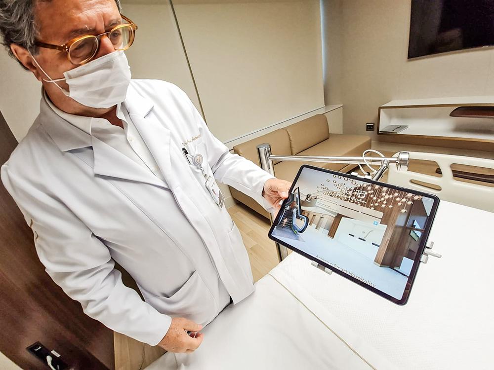 A imagem mostra um doutor segurando um tablet.