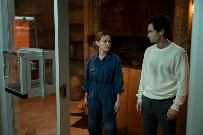 Na foto, Victoria Pedretti e Penn Badgley, que estão se olhando, estrelam nova temporada de You