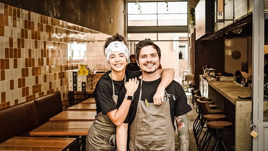 Júlia e Coelho: à frente do endereço inaugurado na última semana