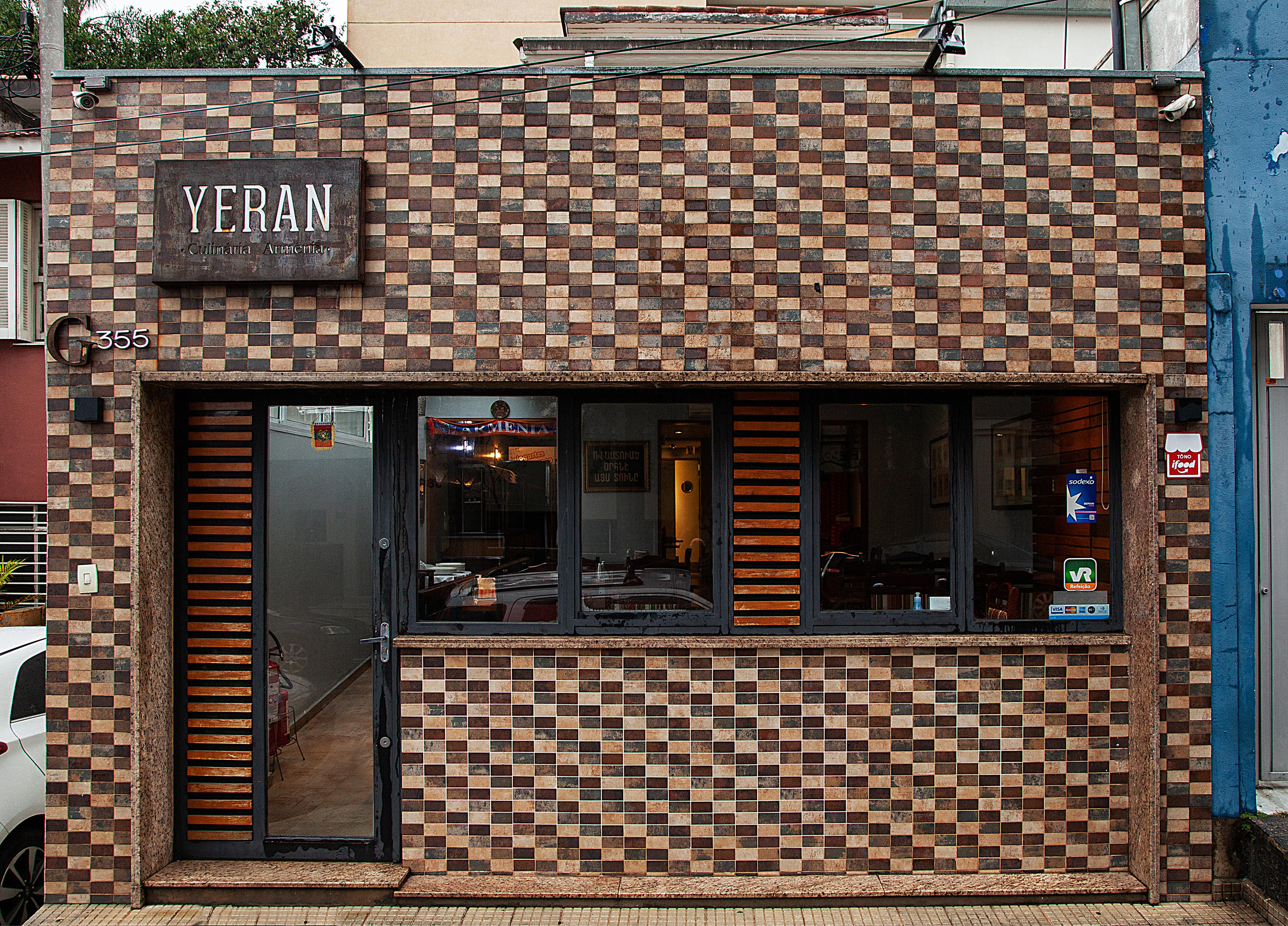 Fachada do restaurante Yeran com azulejos em diferentes tonalidades de marrom.