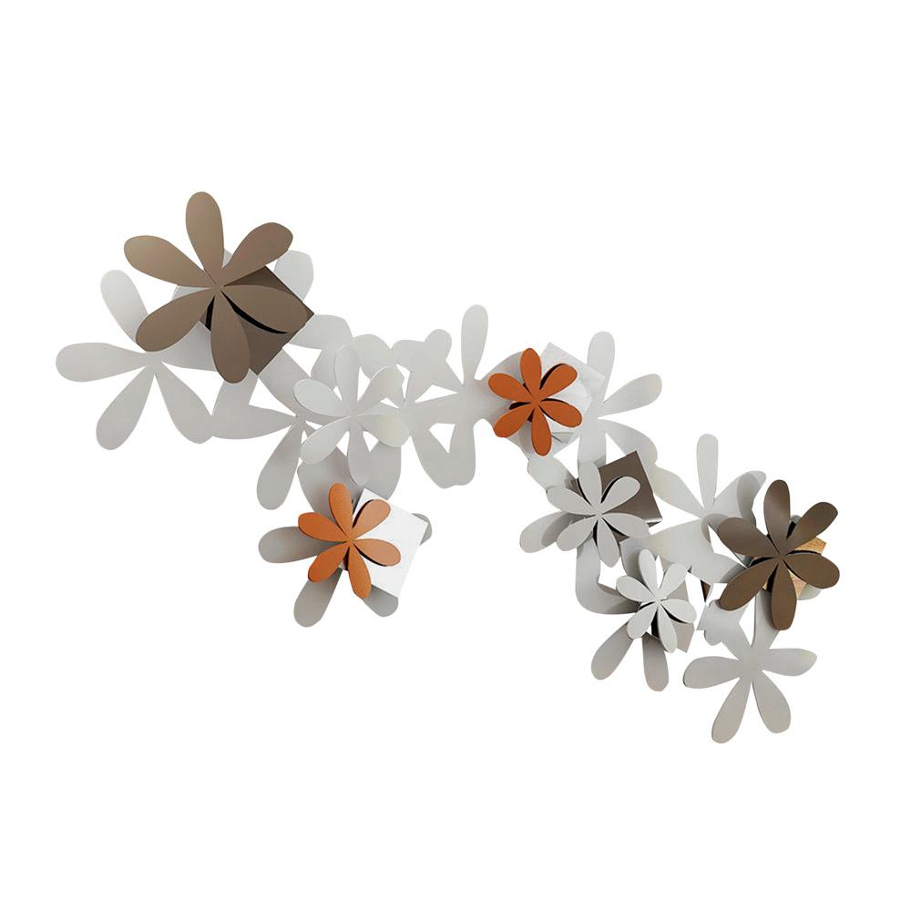 Um adorno de parede tem dezenas de flores na horizontal juntas que formam uma escultura. A maioria das flores é toda branca, duas são laranjas e outras três são marrons