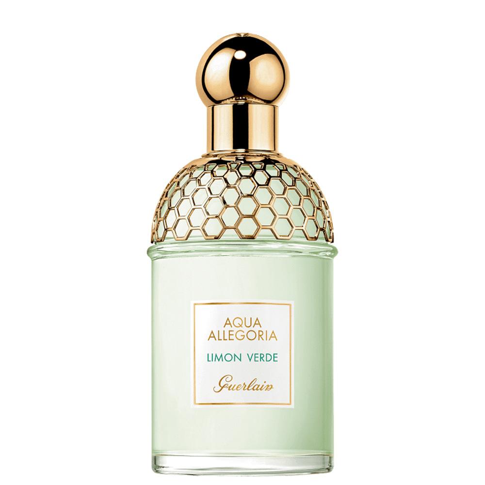 Frasco de perfume verde com detalhe dourado perto da tampa também dourada