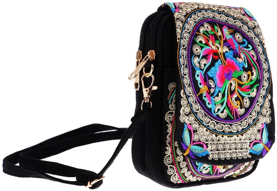Bolsa de ombro preta. Há bordados coloridos, como em uma mandala. No centro, há uma mistura de flor com as várias cores