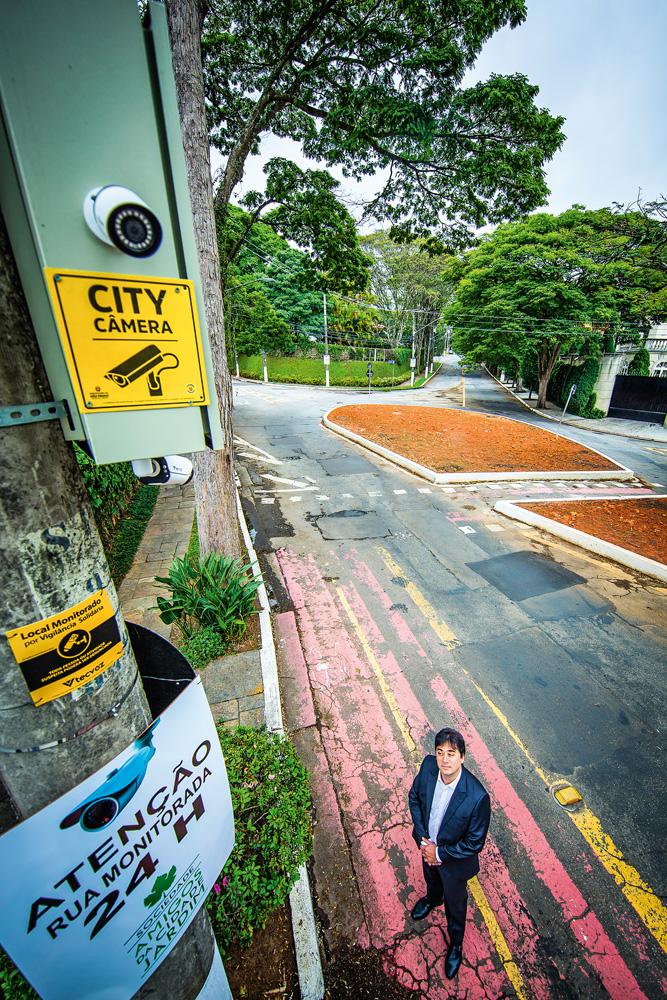 foto tirada de cima, do advogado reis lobo olhando para a câmera, instalada em cima de um poste na rua, do projeto city câmeras, da prefeitura