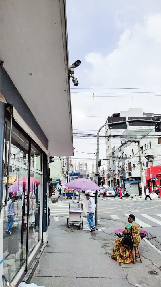rua do brás com câmeras instaladas em telhado de estabelecimento, no topo da imagem