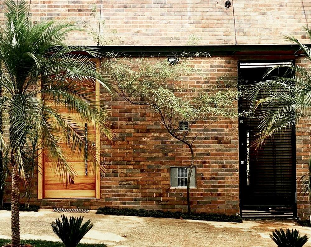 fachada do espaço cultural, de tijolos e com algumas plantas