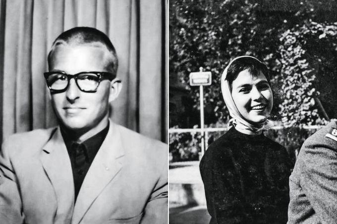 imagem dividida em duas: à esquerda, foto em preto e branco tirada em 1958 de Raymond Widmer, com um terno e de frente para a câmera, olhando para o lado; à direita, foto em preto e branco tirada em 1958 de mary porto sorrindo com pano sobre o cabelo