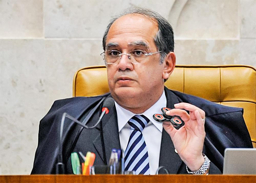 Gilmar Mendes, presidente do TSE, com um