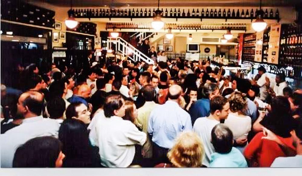 A imagem mostra a filial lotada de pessoas durante a noite.