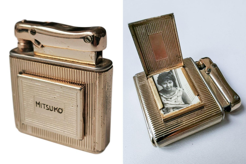 imagem dividida em duas: à esquerda, foto tirada em estúdio de isqueiro antigo com a escrita mitsuko; à direita, esse mesmo esqueiro com uma abertura em que uma foto de mary aparece