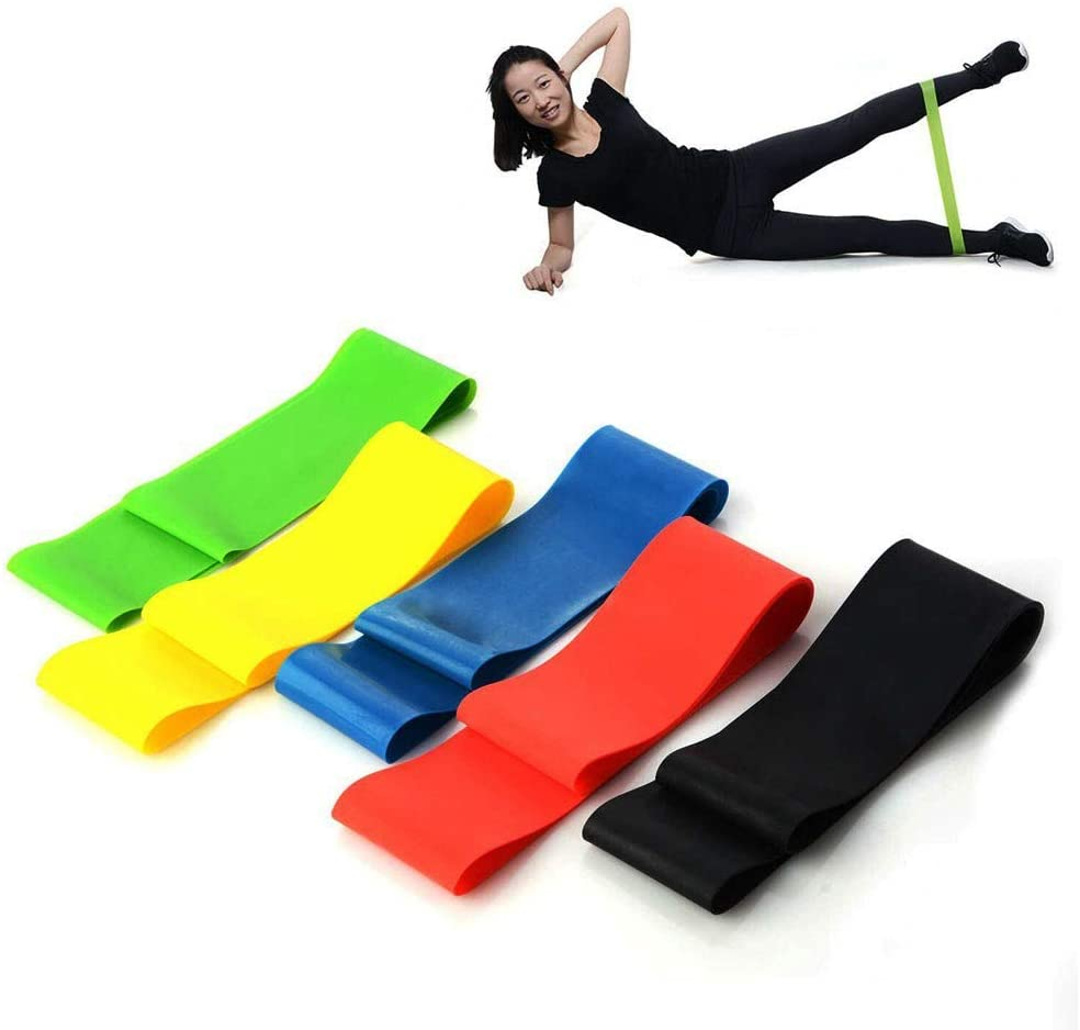 Cinco faixas de exercício coloridas e ao fundo uma mulher utilizando uma delas nas perdas deitada