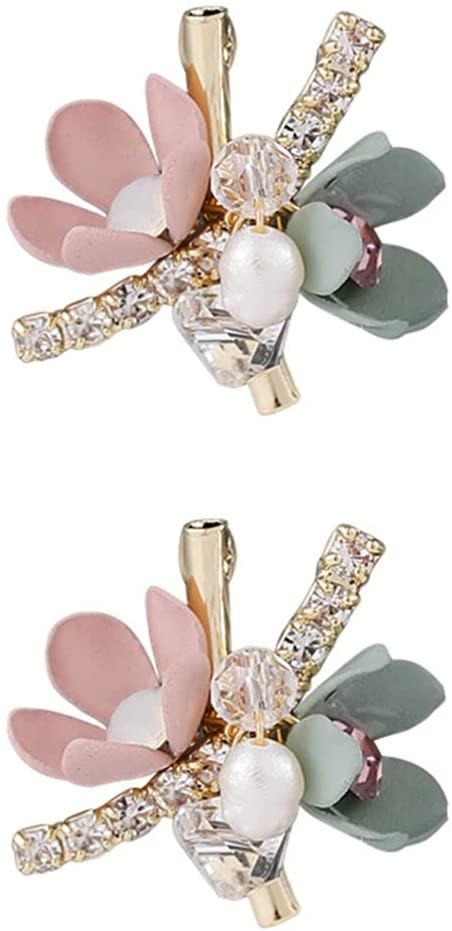 Um par de brincos. Há uma flor delicada com pétalas rosa e verde, strass e duas pérolas