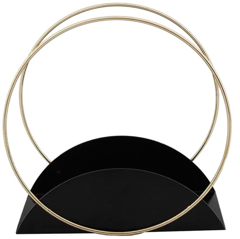 No formato de círculo em metal dourado, revisteiro tem apoio preto