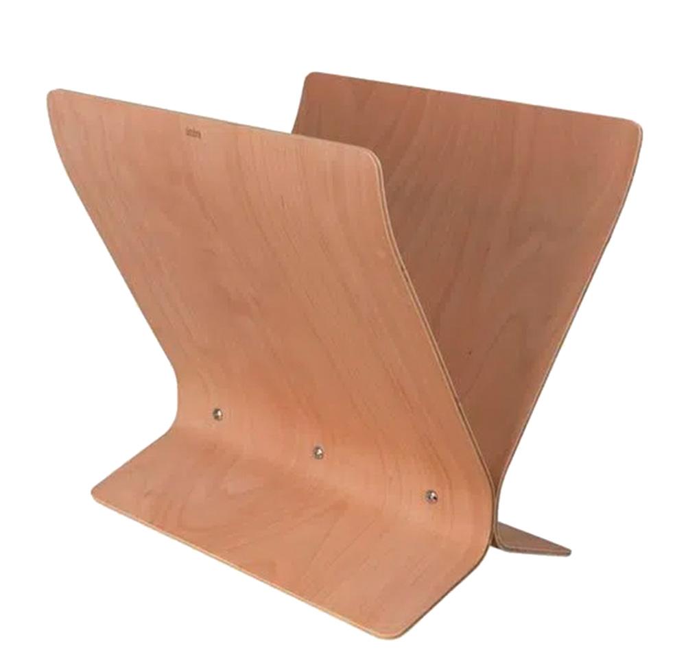 Em madeira, revisteiro tem o formato em