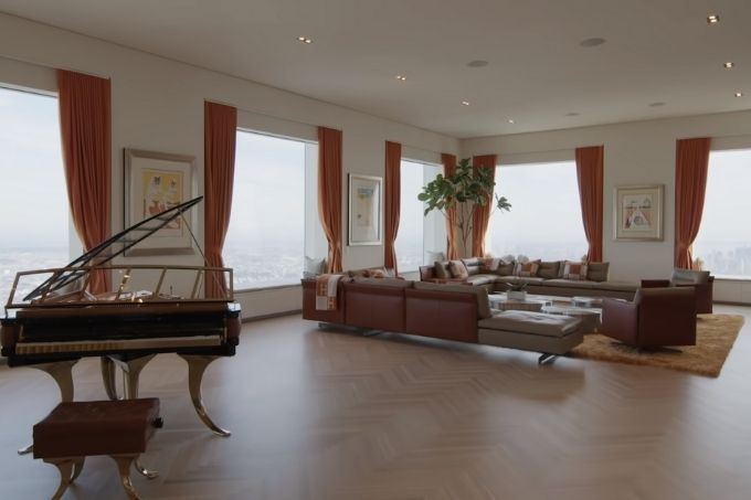Sala de estar da cobertura do 432 Park Avenue, com diversos sofás e janelas e até um piano feito especialmente para o arranha-céu