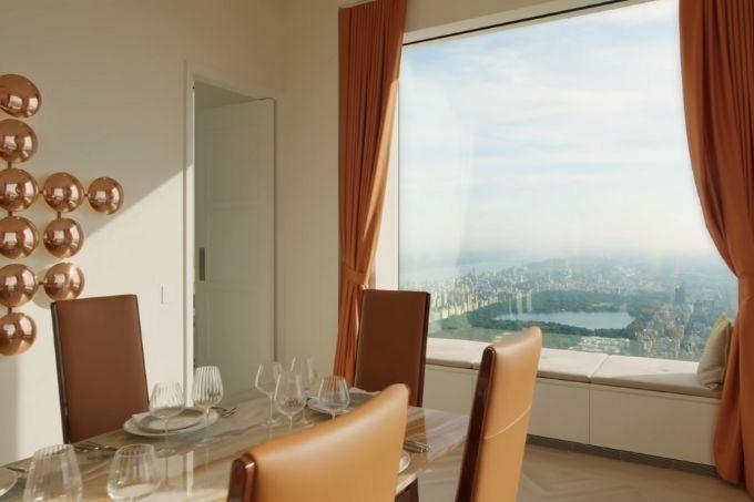 cadeiras da Sala de jantar da cobertura do 432 Park Avenue à esquerda, com janela enorme com vista para o Central Park
