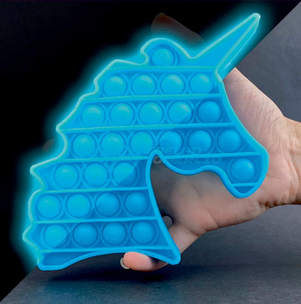 Um brinquedo fidget toy com bolhas de apertar no formato de um unicórnio. É todo azul