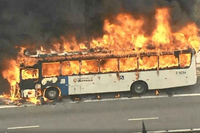 Ônibus pega fogo em viaduto na Zona Oeste de São Pauo