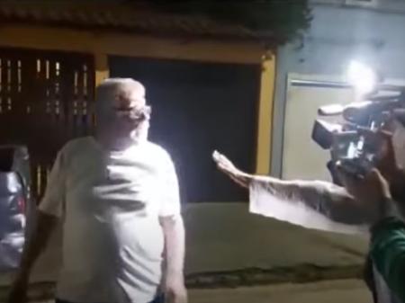 Homem agride e ofende equipe de afiliada da Globo que cobria agenda presidencial (REPRODUÇÃO TV TRIBUNA)