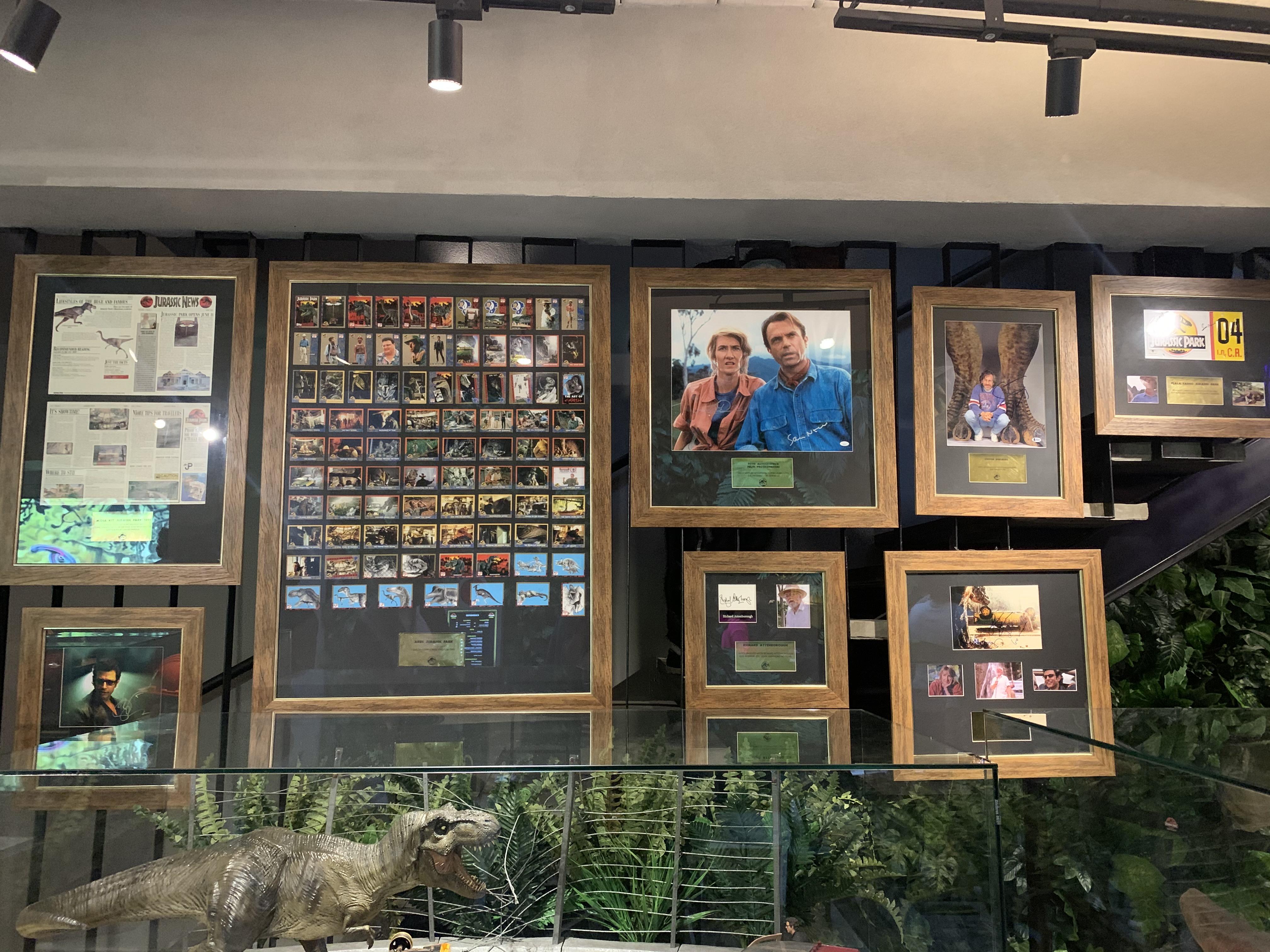 Quadros pendurados em paredes com fotos do filme Jurassic Park.