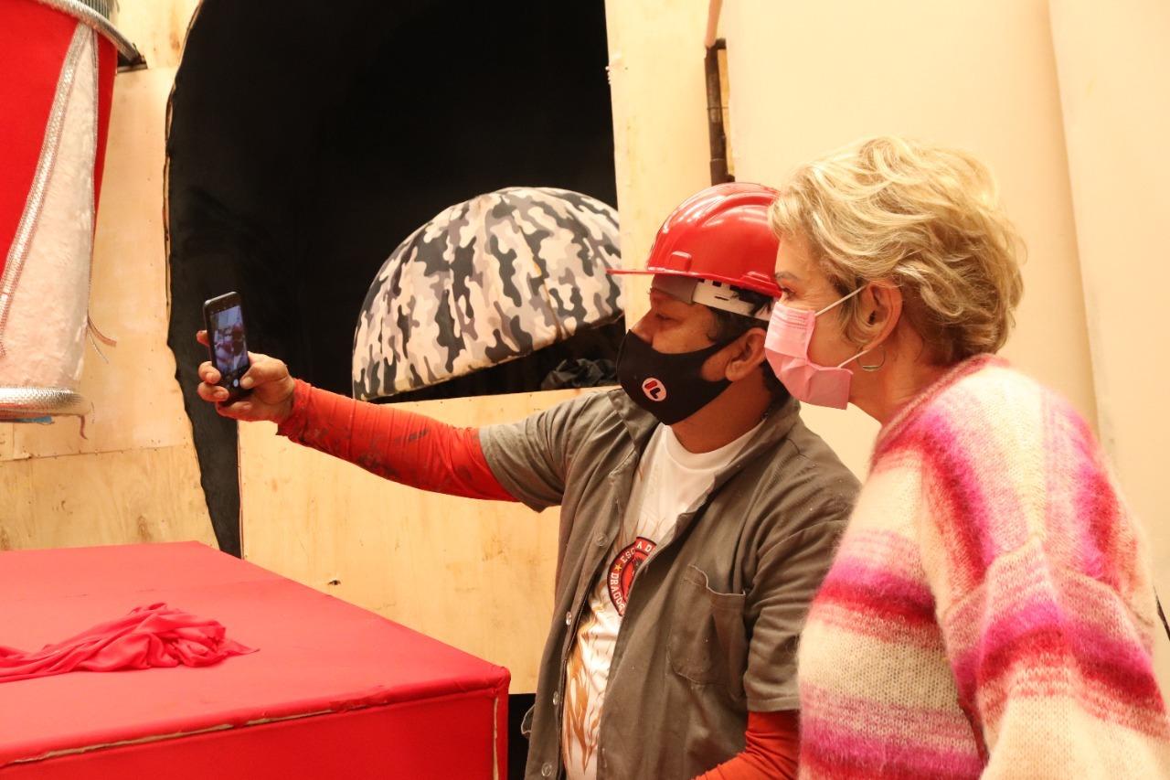Marta Suplicy faz selfie com funcionário de exposição.