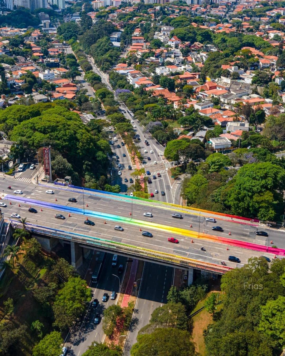 Obra de Mena no Viaduto do Sumaré é vista de cima com cores do arco-íris nos muros do viaduto.