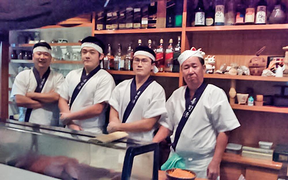 Na foto, tirada em 2008, posa a então equipe de sushimen, composta por Julio Shimizu, dois ex-funcionários (André Ide e Hiroshi Ota) e o fundador, Mitsuaki Shimizu