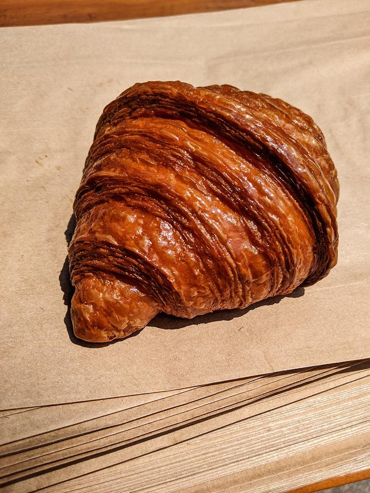 Medialuna, parecida com um croissant, fotografada sobre sacolas de papel