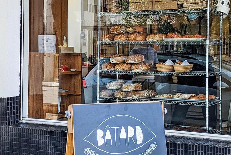 Vitrine: pães, doces e folhados voltados para rua
