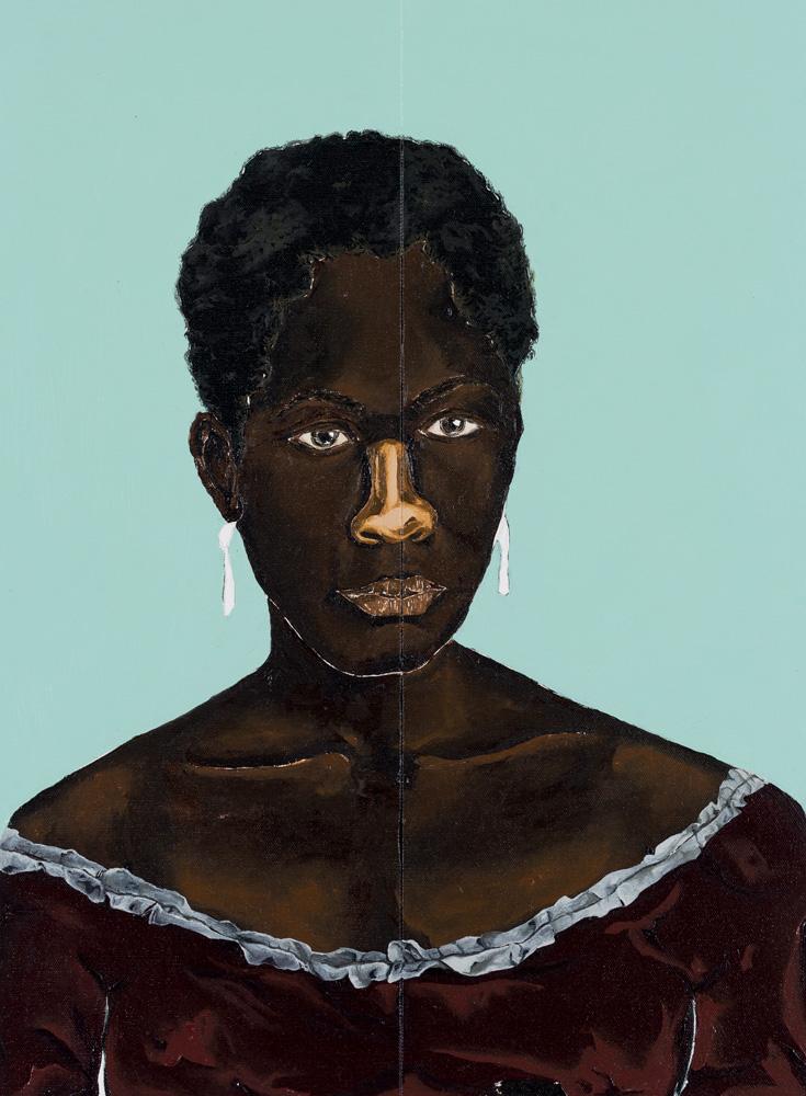 Um retrato de uma mulher regra de pele bem retinta, com cabelo quase raspado. Ela está em um fundo azul claro e usa brincos