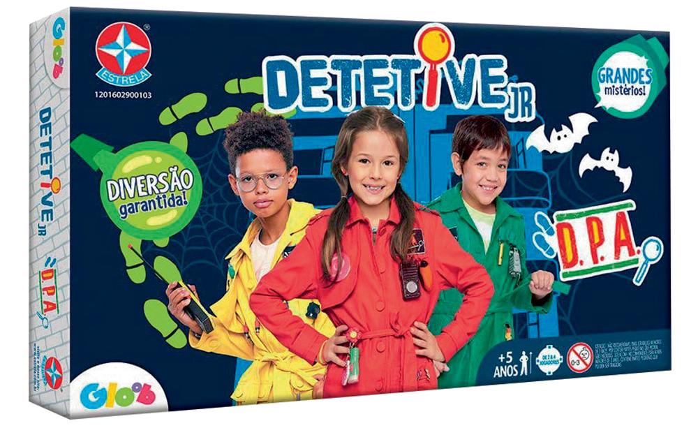 A caixa do jogo Detetive Jr. Tem três crianças vestidas de detetive, o nome do brinquedo e lupas