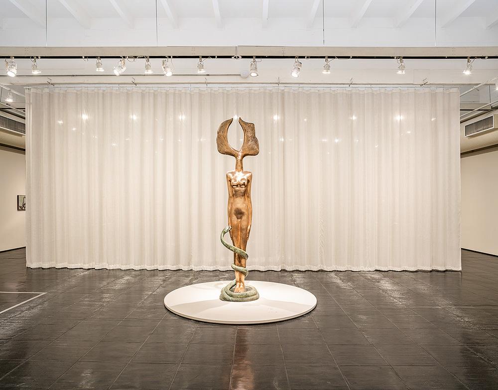 escultura However, em bronze claro, no meio de salão no masp