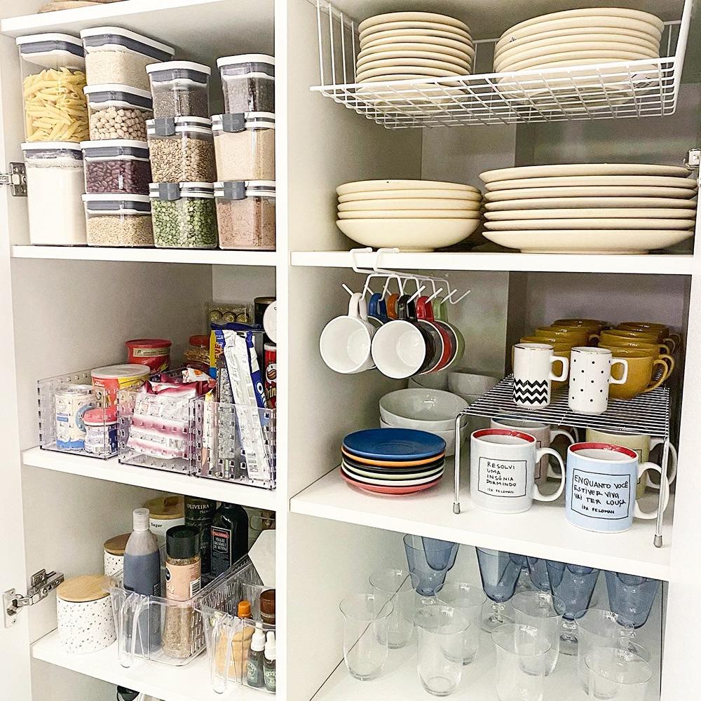 prateleira de rafa oliveira com pratos, xícaras, copos e outros utensilhos de cozinha organizados