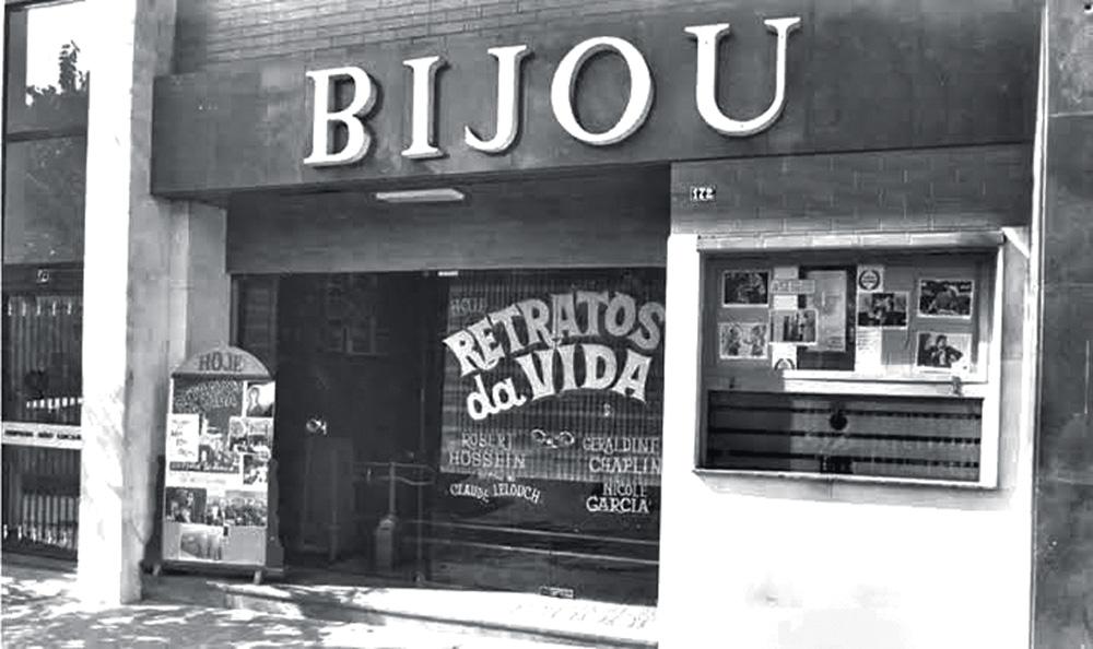 foto preto e branco da fachada do Cine Bijou, com letreiro com nome do cinema sobre a entrada